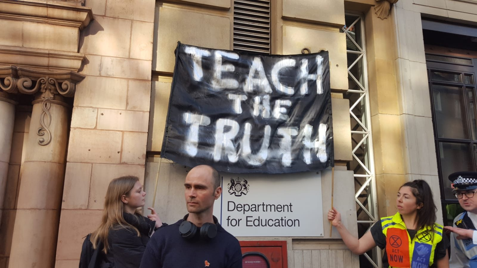XR 1600x900 - Can teachers arrested at Extinction Rebellion continue to teach?